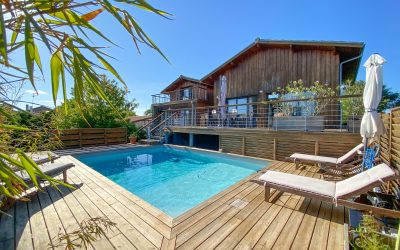 VENDU – LA HUME – Villa récente en bois avec piscine et vue sur le bassin